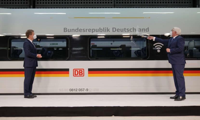 El Presidente de Alemania bautizando el primer ICE 4 XXL con agua de los ríos más largos de Alemania: el Danubio, el Rin y el Elba. © DEUTSCHE BAHN AG / OLIVER LANG.