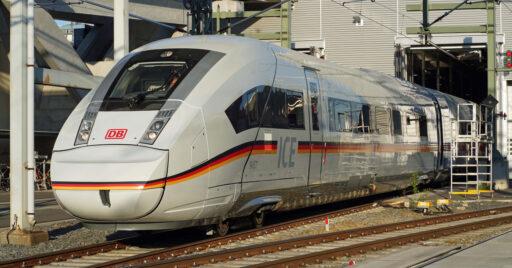 El primer ICE 4 XXL presentado, luciendo la bandera alemana en el lugar de la franja roja. DEUTSCHE BAHN AG / VOLKER EMERSLEBE.