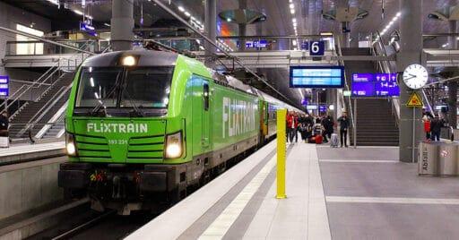 Tren de Flixtrain en Berlín Haupbahnhof, en donde parará el tren nocturno Hamburgo-Múnich. DANAKENIA.