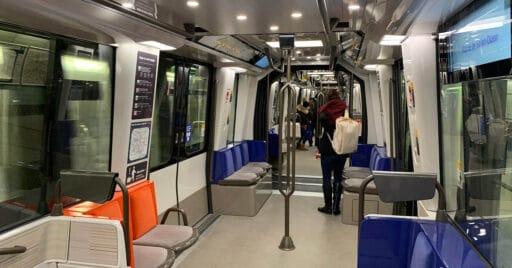 Interior de un tren de la serie MP14 del metro de París. CHABE01.
