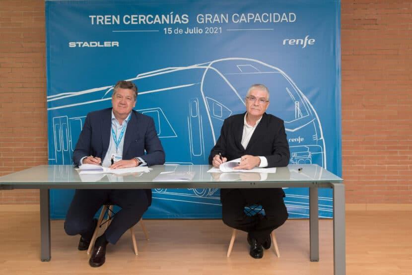 Isaías Táboas e Iñigo Parra durante la firma del contrato. RENFE.