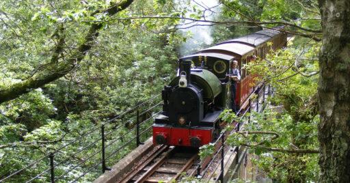 Locomotora Edward Thomas cruzando el viaducto de Dolgoch. JOHN PROCTOR.