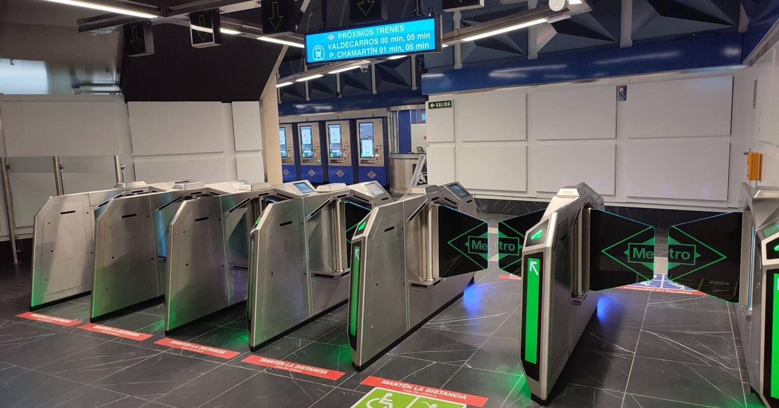 Nuevas puertas de control de acceso en la estación de Gran Vía. MIGUEL BUSTOS.