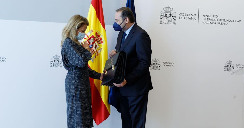 Raquel Sánchez y José Luis Ábalos durante el traspaso de poderes en el MITMA. MITMA.