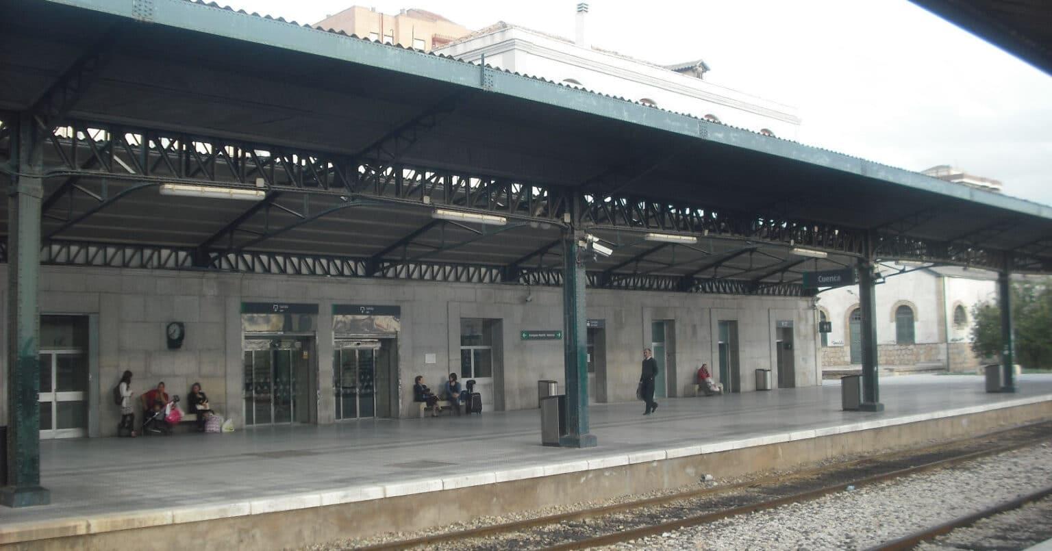 Andenes de la estación del ferrocarril convencional en Cuenca. ENRIQUE ÍÑIGUEZ RODRÍGUEZ.
