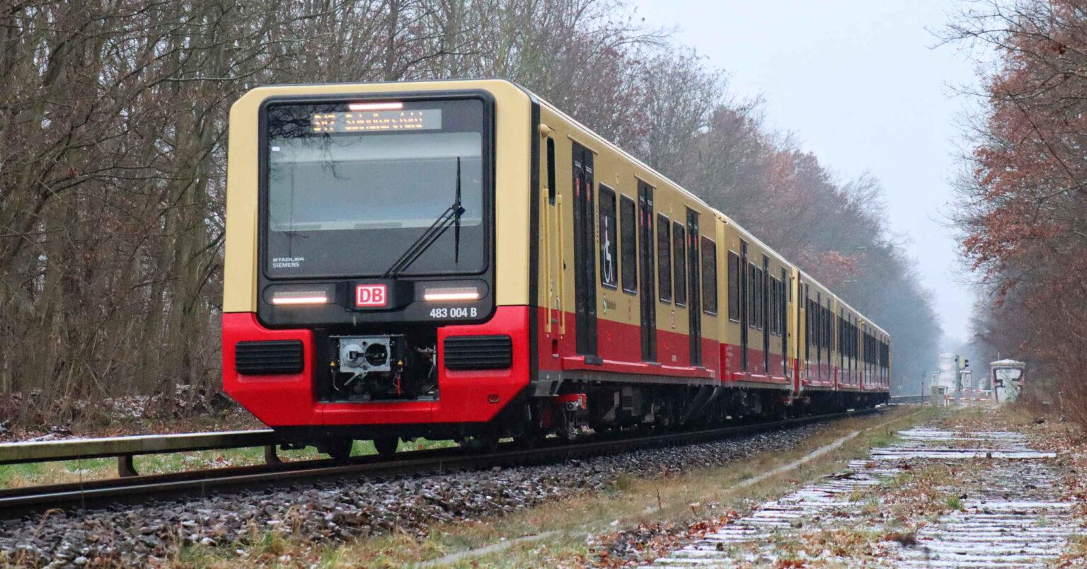 Doble composición de la serie 483/484 del S-Bahn de Berlín en su primer día de servicio. (CC BY SA) MIRKONE