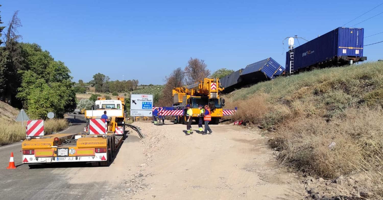 Grúa de gran tonelaje con la que Adif ha retirado los vagones que teníen interrumplido el tráfico ferroviario entre Montoro y Villa del Río. ADIF.
