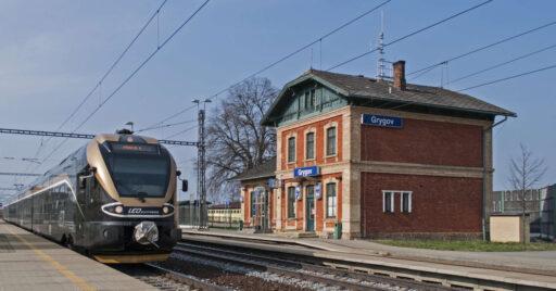 Tren de Leo Express pasando por la estación de Grygov. MARTIN HEFNER.