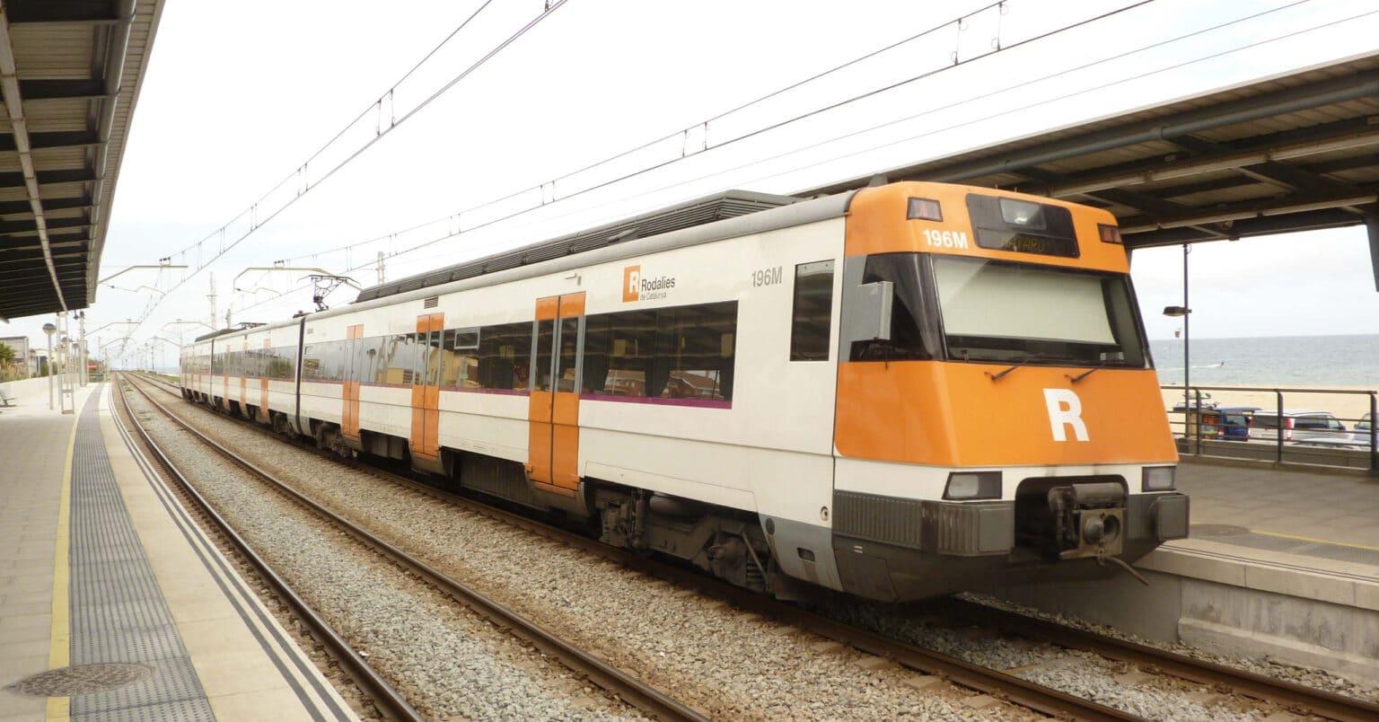 Unidad 447 de Renfe con los colores de Rodalies de Catalunya, esquema que lleva desde que se hiciera la primera fase del traspaso de Rodalies a Cataluña. MIGUEL BUSTOS.