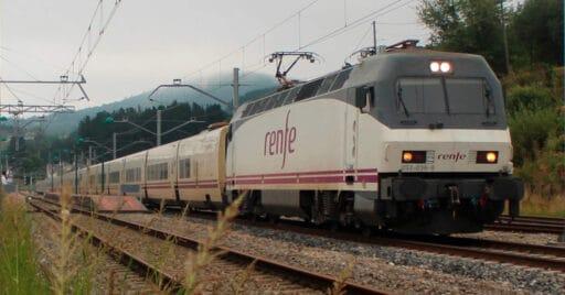Trenhotel Barcelona-Galicia, uno de los trenes que Renfe no ha repuesto tras la pandemia, algo que ha motivado la convocatoria de 8 jornadas de huelga por parte de SEMAF. Iago_gv